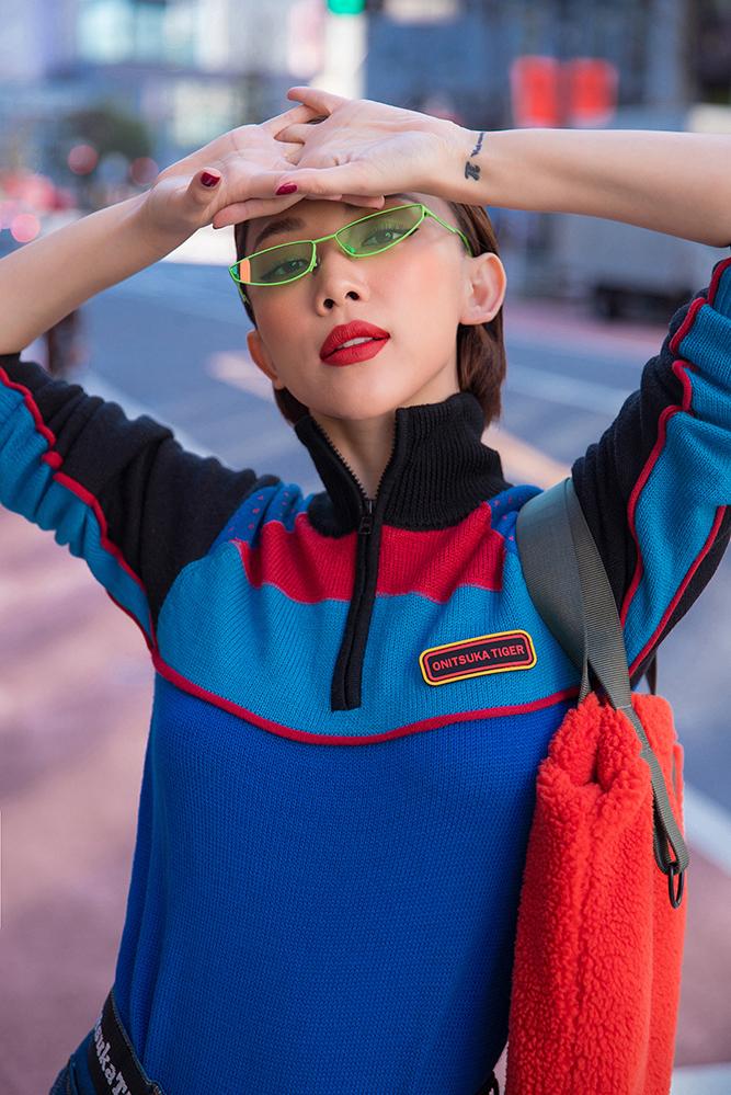 <p> Để thêm phần cá tính, cô kết hợp những phụ kiện màu sắc sặc sỡ nhằm làm nổi bật set đồ như thắt lưng, túi và mắt kính.</p>