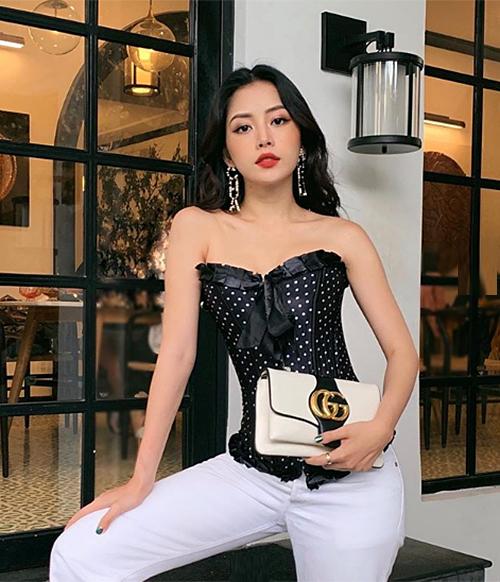 Hình ảnh mới của Chi Pu với chiếc áo corset nhận được nhiều lời khen ngợi. Diện kiểu áo lấy cảm hứng từ nội y, Chi Pu được khen gợi cảmkhi phối màu hài hòa, phụ kiện đi kèm là hoa tai Chanel và túi xách Gucci tăng thêm vẻ sang trọng.