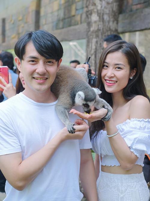 Đông Nhi đi chơi sở thú cùng ông xã sau đám cưới. Nữ ca sĩ khoe eo thon bác bỏ tin đồn mang bầu.
