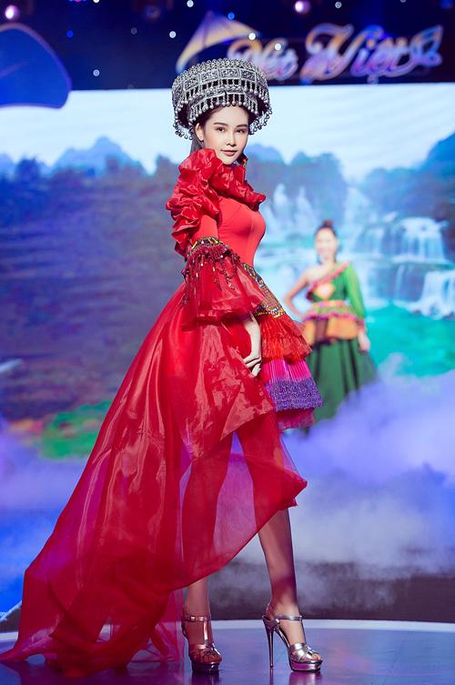 Cô mặc thiết kế với tông đỏ rực rỡ, phần tà váy mullet giúp người đẹp khoe được đôi chân thon dài.