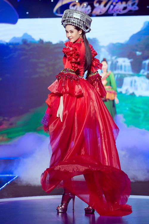 Lê Âu Ngân Anh diễn thời trang mang cảm hứng Tây Bắc - 2