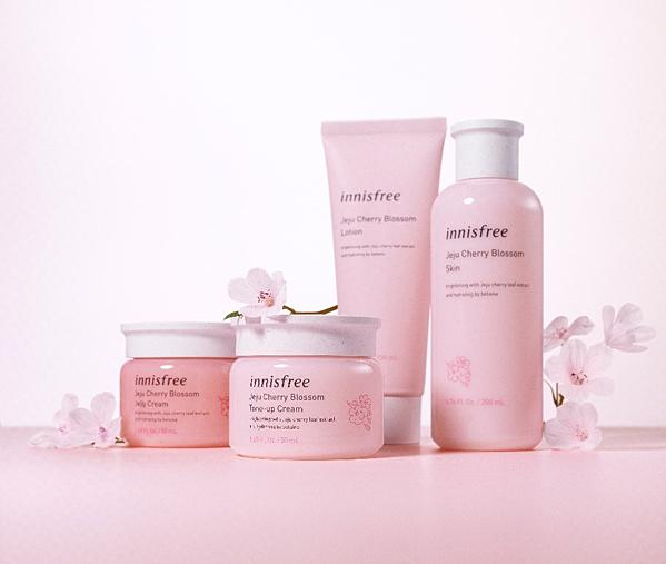 Bộ sản phẩm chăm sóc da lấy cảm hứng từ hoa anh đào Jeju của innisfree.