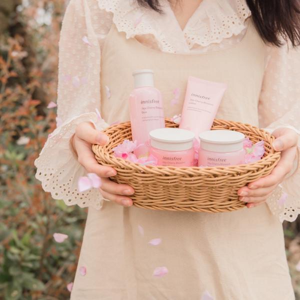 Jeju Cherry Blossom line là quà tặng của innisfree cho bạn gái yêu hoa anh đào.