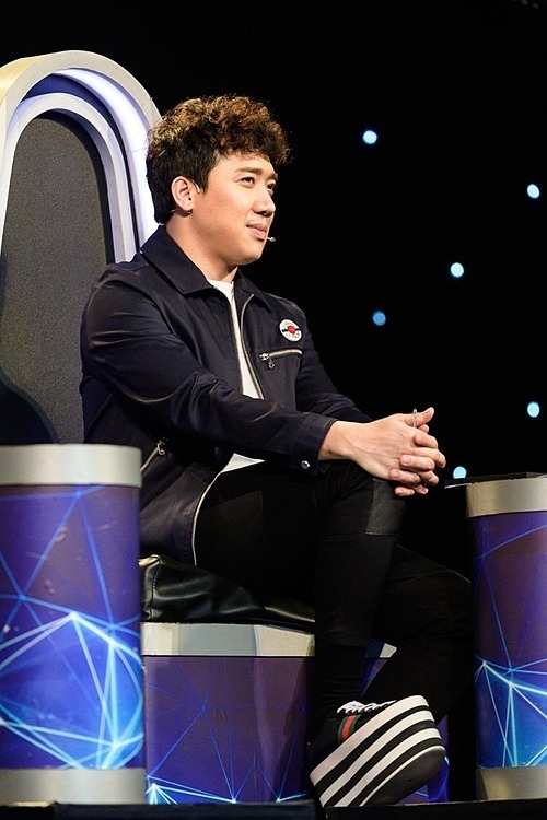 Đi đôi giày đế bánh mì cao 20 cm, Trấn Thành bị vấp ngã trên sân khấu chương trình Ca sĩ thần tượng.
