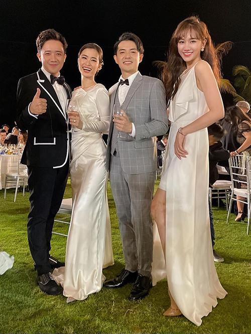 Hari Won được khen duyên dáng chẳng kém cô dâu với chiếc váy high-low chất liệu lụa bóng. Nữ ca sĩ đểtóc xoăn mái thưa nhẹ nhàng tăng độ trẻ trung.