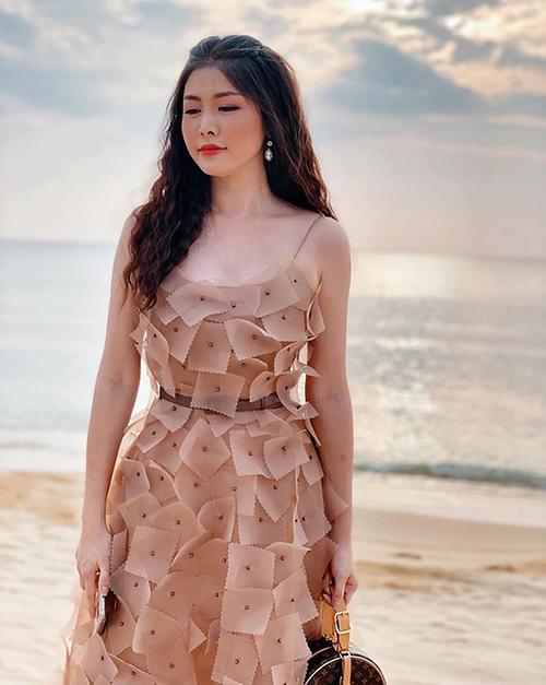 Bà xã Đăng Khôi - Thụy Anh - khoe vẻ trẻ trung trong chiếc váy hai dây kiểu dáng lạ mắt, kết hợp cùng túi xách Louis Vuitton.