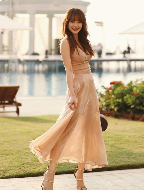 Minh Hằng như công chúa khi diện váy hai dây quyến rũ mà cũng rất ngọt ngào, tông màu nude giúp da thêm trắng sáng.