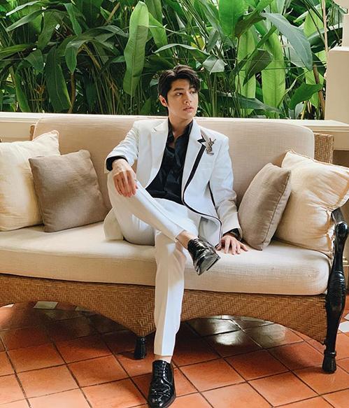 Noo Phước Thịnh bảnh bao chẳng kém chú rể khi diện cây suit trắng, kết hợp cùng cài áo của Saint Laurent.