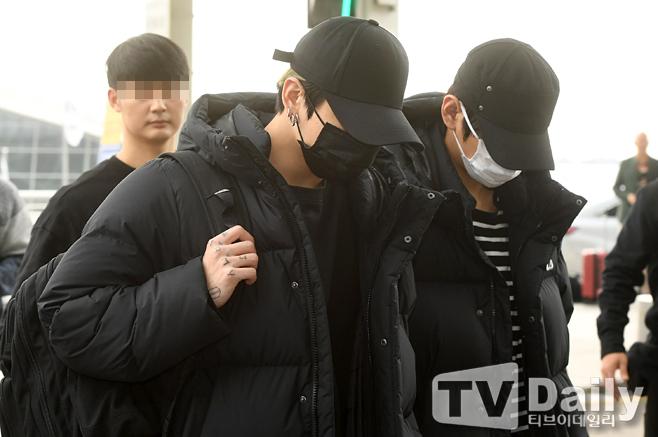 Các thành viên BTS đều đội mũ, đeo khẩu trang che kín khuôn mặt và mái tóc.