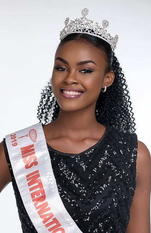 Trong bảng xếp hạng mới nhất, Missosology - chuyên trang nhan sắc hàng đầu thế giới - nhận định thí sinh Evelyn Namatovu Karonde, đến từ Uganda là ứng cử viên sáng giá nhất cho danh hiệu Hoa hậu Quốc tế 2019. Cô gái 23 tuổi cao 1,8 m. Hiện, cô theo học ngành Kinh tế tại Đại học Makerere ở quê nhà.
