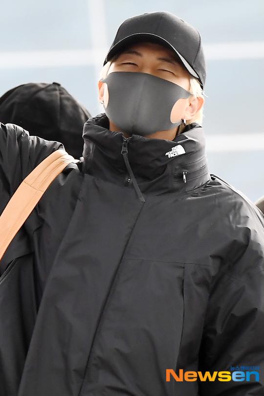 Khuôn mặt ngái ngủ của trưởng nhóm RM.