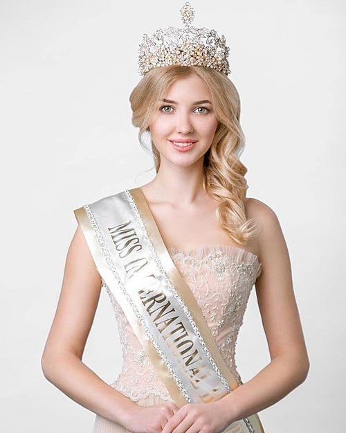 Maria Perviy - đại diện Belarus - được các chuyên gia dự đoán giành được vị trí Á hậu 2. Cô gái 23 tuổi cao 1,79 m và hiện đang theo học ngành Kinh tế - Luật. Nhan sắc xinh như búp bê, kỹ năng catwalk chuyên nghiệp cùng phong độ tốt trong các phần thi phụ trước đêm chung kết giúp Perviy được đánh giá cao.