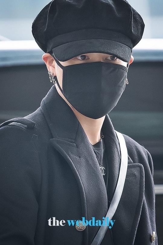 Các fan tò mò về màu tóc mớigiấu sau chiếc mũ của Ji Min.
