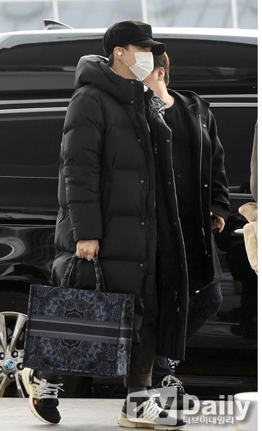 Suga vẫn theo style all-black quen thuộc.
