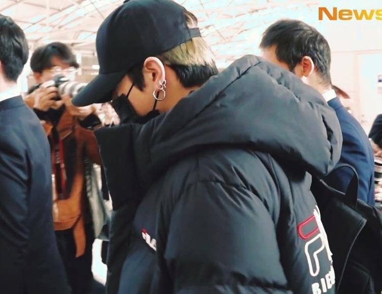 Nam idol gây chú ý khi lộ một phần màu tóc vàng mới nhuộm. Fan cho rằng đây là dấu hiệu cho thấyngày comeback cận kề của BTS.