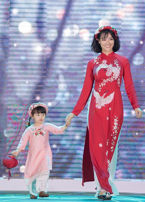 Vì đã quen với ánh sáng sân khấu từ lúc còn nhỏ nên Cherry rất dạn dĩ catwalk áo dài cùng mẹ.