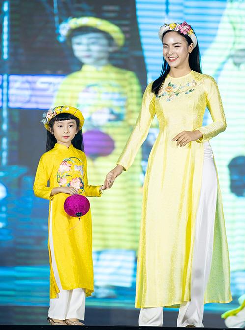 Quỳnh Nga - Người đẹp truyền thông của Miss World Vietnam 2019 - tham gia trình diễn trong show.