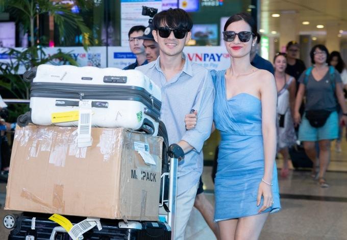 <p> Chiều tối 12/11, Đông Nhi - Ông Cao Thắng đáp chuyến bay từ Phú Quốc về Tân Sơn Nhất (TP HCM) sau đám cưới. Họ có thêm 3 ngày nghỉ trước khi quay trở lại với công việc.</p>