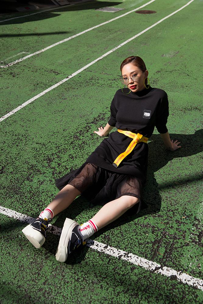 <p> Nữ ca sĩ mang đôi giày Chunky Runner để trở nên năng động, cá tính hơn.</p>