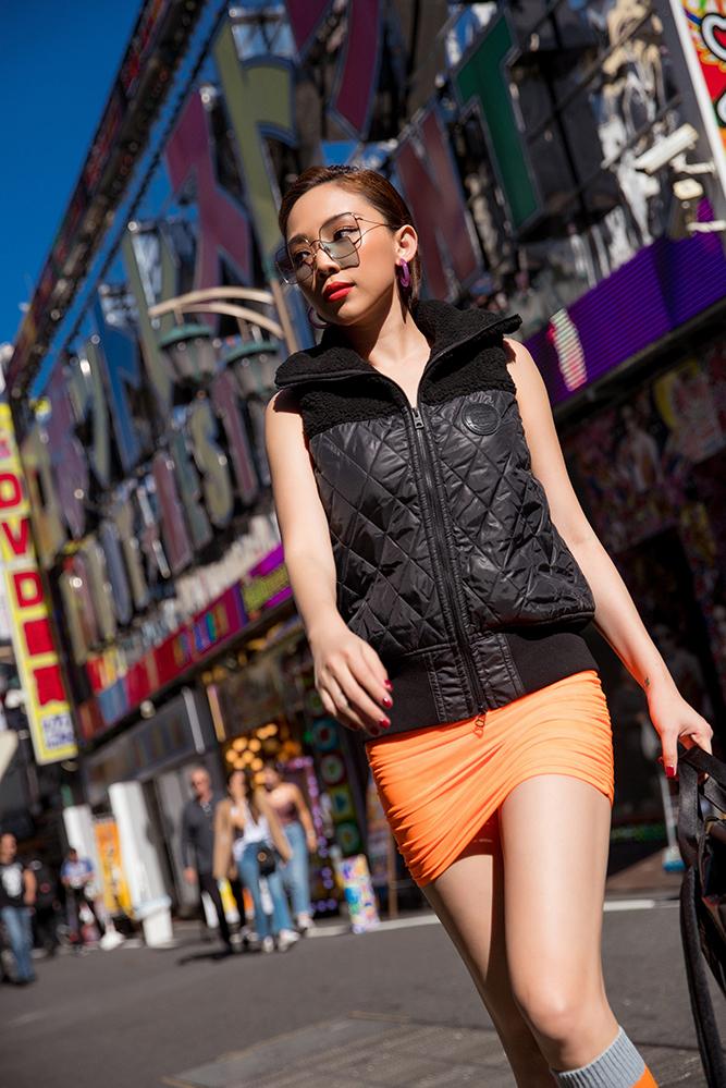 <p> Tóc Tiên chọn chiếc váy bó sát thân với màu cam nổi bật.</p>