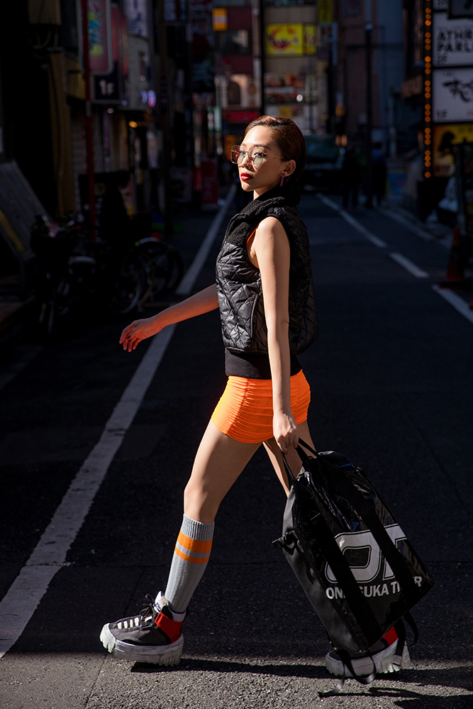 <p> Những chi tiết màu được Tóc Tiên nhấn nhá trong outfit này còn có giày Chunky Runner, tất sọc cam...</p>