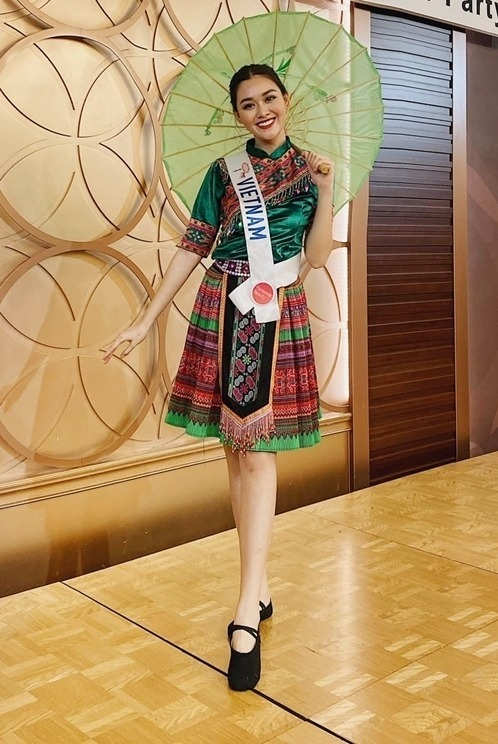 Trong buổi tiệc chào mừng dành cho 83 thí sinh tại tỉnh Saitama, Tường San khuấy động chương trình bằng tiết mục múa. Cô khoe tài năng trên nền nhạc ca khúcĐể Mị nói cho mà nghecủa Hoàng Thùy Linh.
