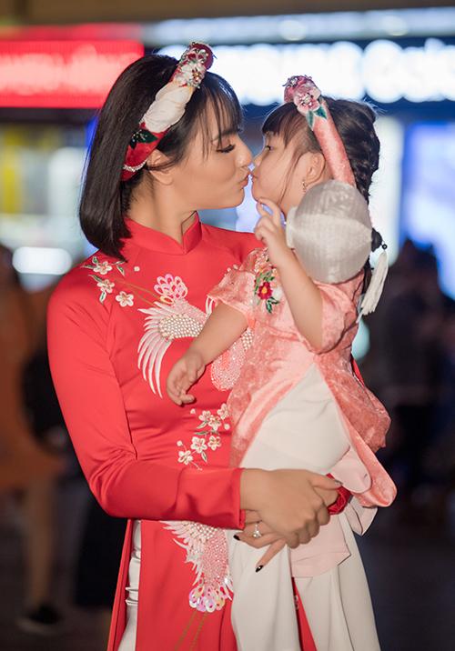 Tham gia trình diễn áo dài cho Ngọc Hân còn có Hồng Quế và con gái.