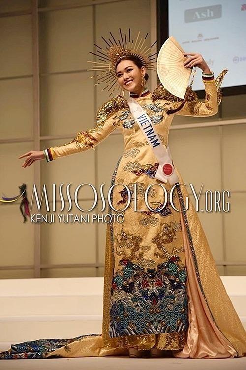 Trong phần thiquốc phục, Tường San trình diễn bộ áo dàiRồng chầu mặt trời của NTK Hồ Hoàng Ca Dao được lấy cảm hứng từ hình ảnh rồng chầu về hướng mặt trời.Hình ảnh rồng thể hiện cho sự quyền uy, ý chí và tính bao trùm âm dương. Biểu tượng hướng về mặt trời mang ý niệm hướng về ánh sáng và những điều cao quý trong văn hoá người Việt.NTK Hồ Hoàng Ca Dao cho biết đã thiết kế nó dựa trên hình ảnh chiếc áo dài của người con gái Việt Nam kết hợp cùng những hoa văn, màu sắc mang đậm dấu ấn trang phục cung đình Huế. Thiết kế còn kèm chiếc mấn tinh xảo, thể hiện sự quyền uy.