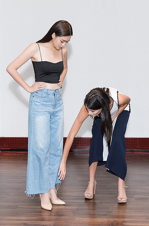 Hoa hậu Quốc tế Mariem đích thân hướng dẫn catwalk cho Á hậu Tường San. Cô chỉ bảo đàn em từng bước đi sao cho tự tin và thu hút nhất.