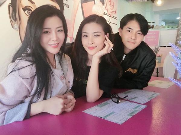 Ông Cao Thắng có một em gái tên Ông Thoại Liên, sinh năm 1989. Đang định cư ở Australia nhưngThoại Liên có mối quan hệ thân thiết với anh trai và chị dâu. Trước khi Đông Nhi - Ông Cao Thắng kết hôn, cả ba còn rủ nhau đi du lịch.