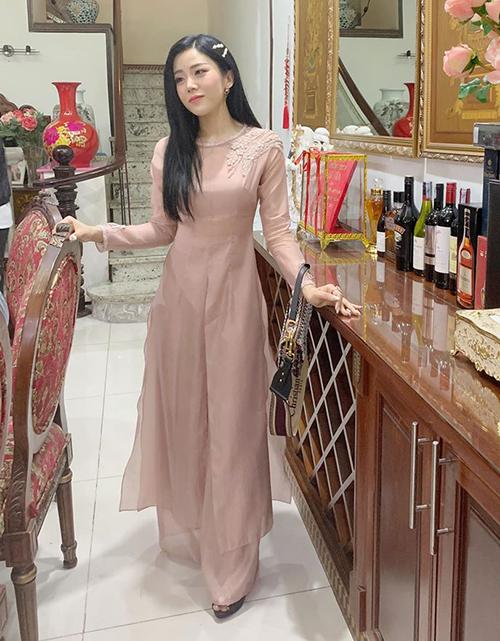 Dù không hoạt động showbiz, Ông Thoại Liên vẫn khá nổi tiếng trong giới trẻ nhờ gương mặt xinh xắn chuẩn hot girl cùng phong cách thời trang sang chảnh. Trong hôn lễ của anh chị, Thoại Liên gây chú ý khi diện áo dài hồng ngọt ngào, trên tay là chiếc túi Dior Saddle giá hơn 100 triệu đồng.