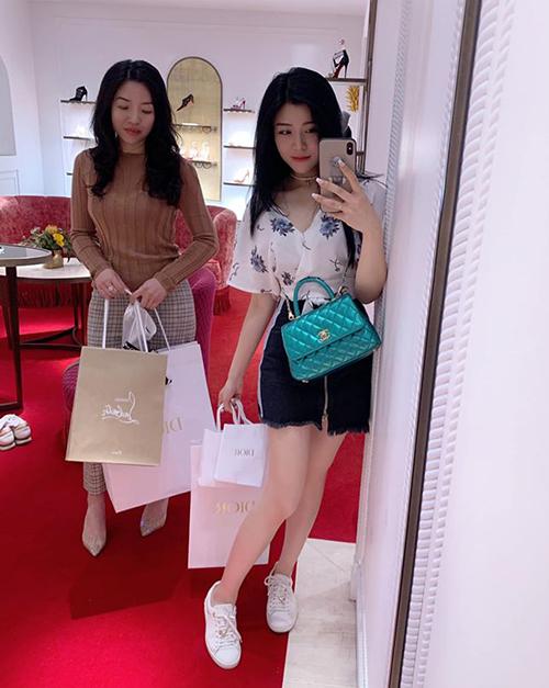 Mỗi lần mua sắm, em gái Ông Cao Thắng có thể rước về cả chục bộ đồ.