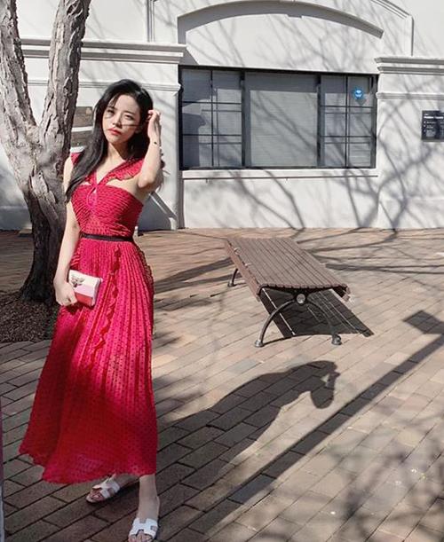 Cô có bộ sưu tập túi xách đồ sộ đến từ những thương hiệu đình đám như Dior, Chanel, Gucci, Chloe...