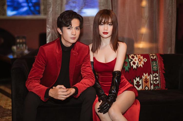 Sĩ Thanh mặc váy nhung đỏ sexy mừng sinh nhật bạn trai Huỳnh Phương.