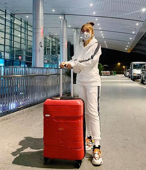 Puka bịt mặt kín mít ra sân bay đi công tác.