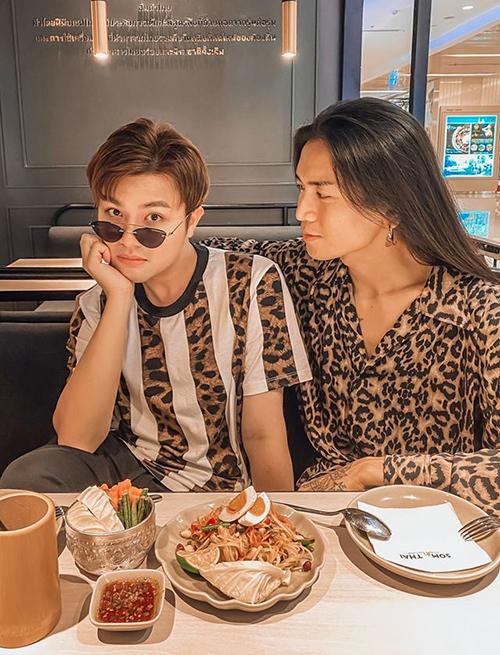 BB Trần diện đồ đôi đi ăn cùng bạn trai.