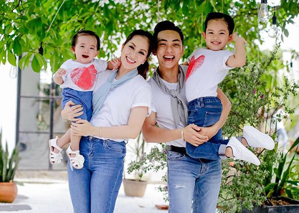 Gia đình 4 thành viên của Khánh Thi - Phan Hiển.