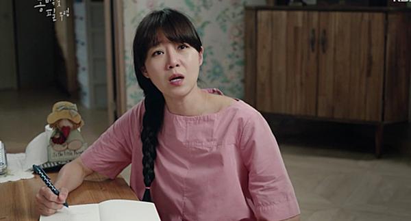 Nhân vật Dong Baek rất ưa chuộng các thiết kế màu hồng nhẹ nhàng. Bộ váy hồng của hãng YMCxuất hiện trong tập 11-12 của phim.