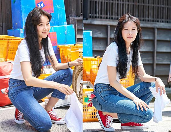 Cũng có những lúc Dong Baek ăn mặc theo style năng động với áo phông, quần jeans và đi giày Converse.