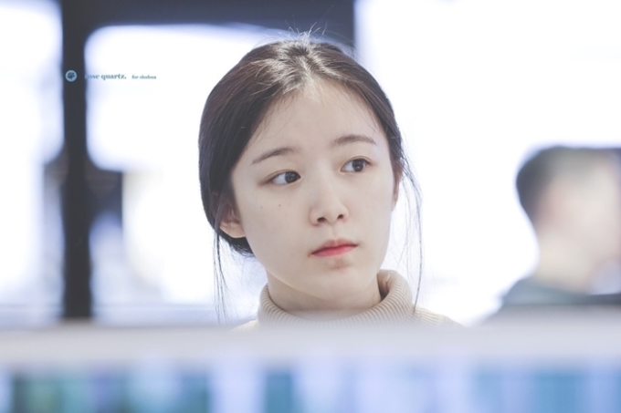 Nữ idol Đài Loan nhiều lần tự tin để mặt mộc ra sân bay. Nhiều người cho rằng mặt mộc của Shu Hua có thể so sánh với nữ hoàng mặt mộc Suzy của Kbiz.