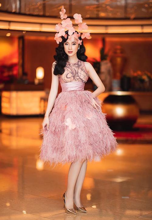 Tái xuất trong sự kiện mới đây, Angela Phương Trinh thu hút chú ý với bộ trang phục mô phỏng mộtđóa hoa. Chiếcváy xuyên thấu được nữ diễn viên kết hợp cùng phụ kiện tóc tông xuyệt tông gam hồng, tạo nên tổng thể bắt mắt.
