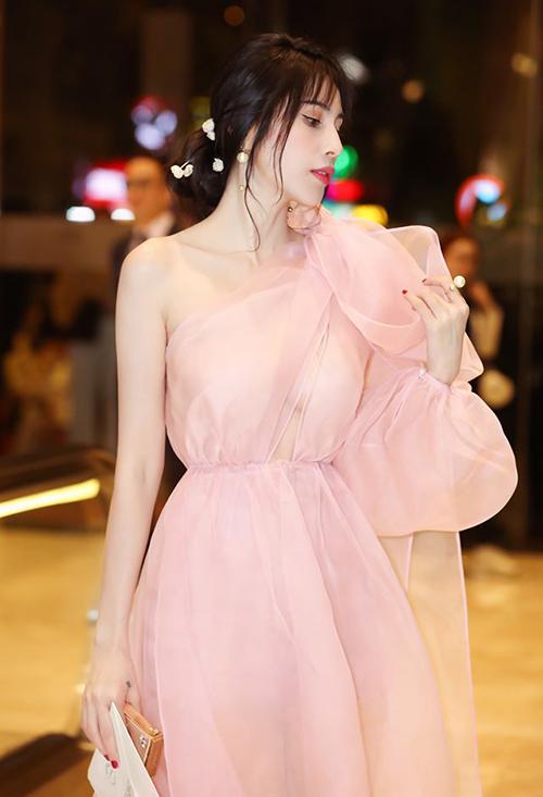 Bộ váy Thủy Tiên đang mặc là sáng tạo của NTK Trần Hùng. Nguyên bản, chiếc váy chỉ có một lớp vải organza siêu mỏng. Tuy nhiên để sang trọng hơn khi dự tiệc, Thủy Tiên đã đắp thêm một lớp vải đồng màu, vừa không sợ hớ hênh lại vẫn giữ được sự duyên dáng, tinh tế.