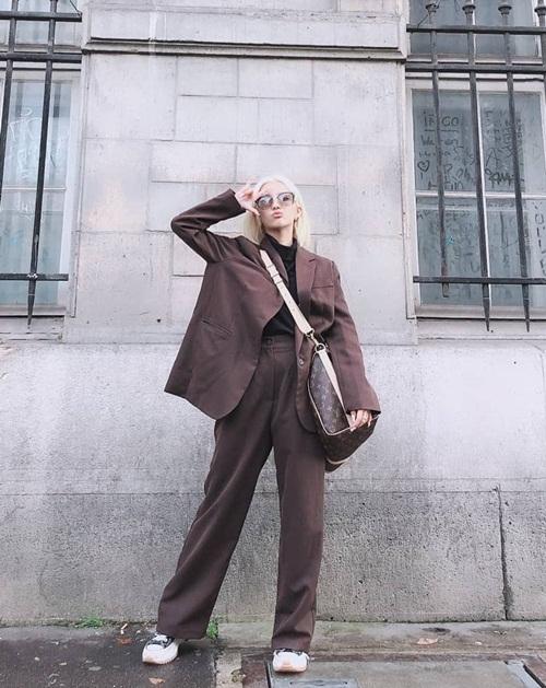 So Yeon (G)I-DLE đóng bộ sành điệu dạo phố.