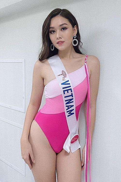 Tường San diện bikini gam màu hồng cánh sen trong phần thi hình thể. Cô là một trong số ít thí sinh tuân thủ yêu cầu chọn trang phục áo tắm một mảnh từ ban tổ chức.