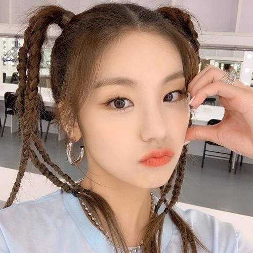 Ye Ji (ITZY) có mái tóc tết khá cầu kỳ, đem lại vẻ dễ thương xì tin cho cô nàng.