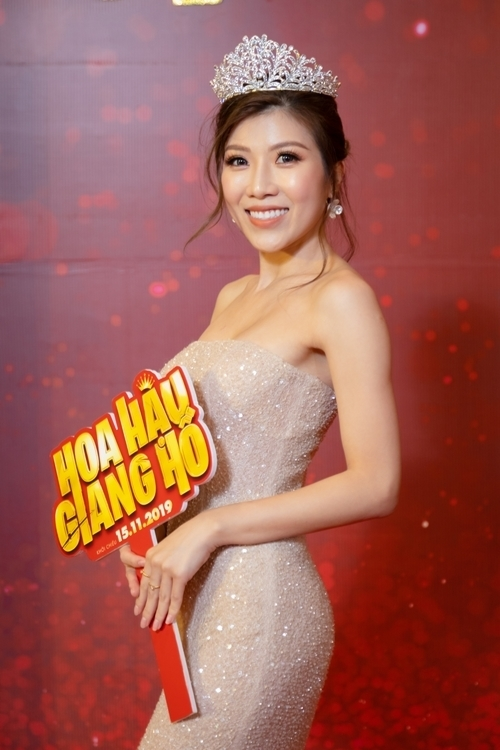 Trang Pháp là người đảm nhận nhạc phim Hoa hậu giang hồ. Cô đội vương miện xuất hiện trên thảm đỏ để đúng không khí.