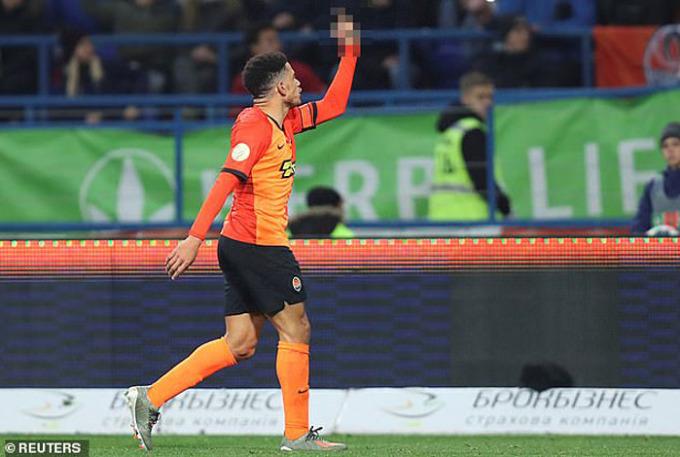 Taison (áo cam) giơ ngón tay thối về phía người hâm mộ đội khác. Ảnh: Reuters.