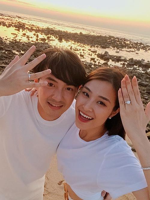 Đông Nhi cùng Ông Cao Thắng khoe nhẫn cưới.