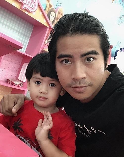 Trước tin trục trặc hôn nhân, Thanh Bình phủ nhận. Anh nói bốn tháng qua đi tỉnh nhiều, còn bà xã làm việc chủ yếu ở TP HCM nên hai vợ chồng ít nói chuyện, chụp ảnh.