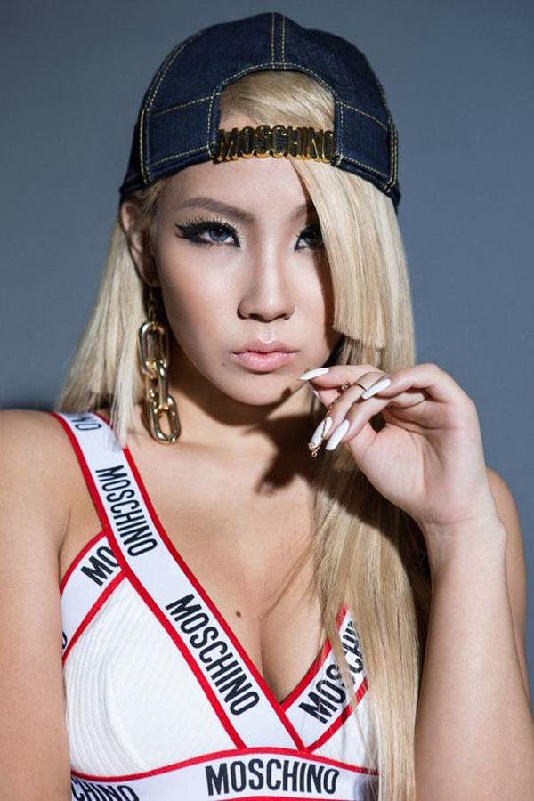 Mái tóc vàng cùng kiểu kẻ mắt đen sắc sảo dường như là thương hiệu của CL.